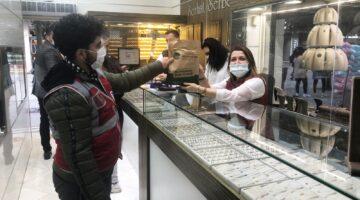 Cadde esnafına Büyükşehir'den ücretsiz maske ve dezenfektan