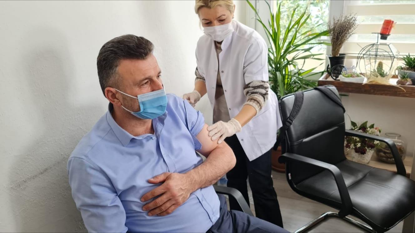 Sapanca Kaymakamı ve Belediye Başkanı Korona aşısı oldu