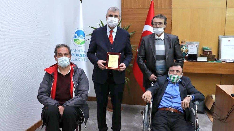 Ertuğ'dan; engelli dostu Başkan Yüce'ye plaket