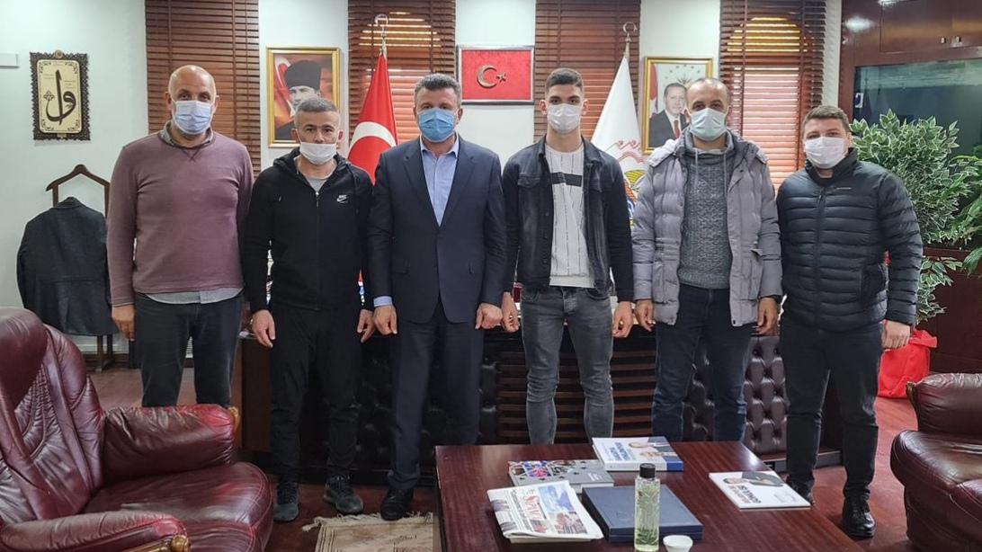 Başkan ÖZEN'den Türkiye Şampiyonu'na ödül