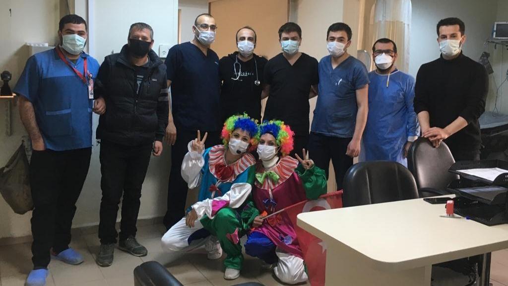 Hastanedeki çocukları ve meslektaşlarını da unutmadı