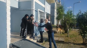 Sakarya Emniyet'i Annelerin gününü çiçekle kutladı