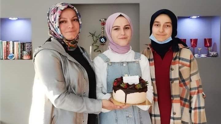 Anne Nuray Okşit'ten kızları Sinem ve Rana'ya sürpriz doğum günü…