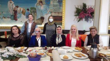 Türk kadınlar Birliği ve çocuklar bir arada